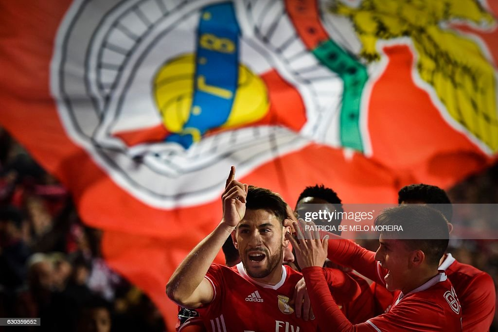 Benfica's midfielder Pizzi Fernandes (L) celebrates with his teammates after scoring during the Portuguese league football match SL Benfica vs Rio Ave FC at the Luz stadium in Lisbon on December 21, 2016. / AFP / PATRICIA