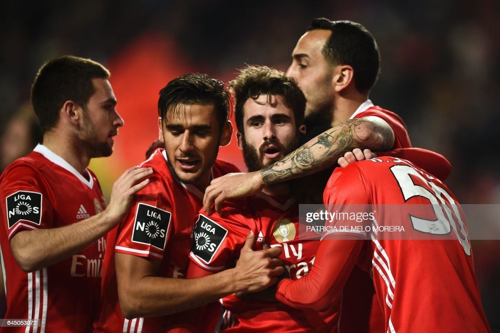 Benfica's midfielder Rafa Silva (3R) celebrates with his teammates after scoring during the Portuguese league football match SL Benfica vs GD Chaves at the Luz stadium in Lisbon on February 24, 2017. / AFP / PATRICIA