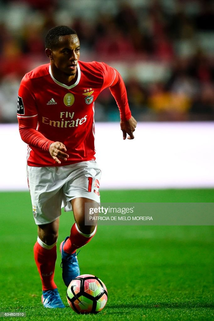 Benfica's Peruvian forward Andre Carrillo drives the ball during the Portuguese league football match SL Benfica vs FC Arouca at the Luz stadium in Lisbon on February 10, 2017. /