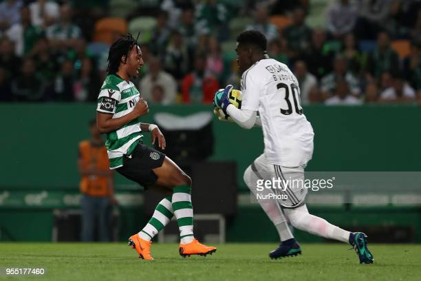 Benfica's Portuguese goalkeeper Bruno Varela vies with Sporting's forward Gelson Martins from Portugal during the Primeira Liga football match...