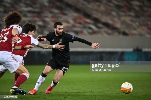 Benfica's Portuguese midfielder Rafa Silva fights for the ball with Arsenal's Brazilian defender David Luiz and Arsenal's Spanish defender Hector...