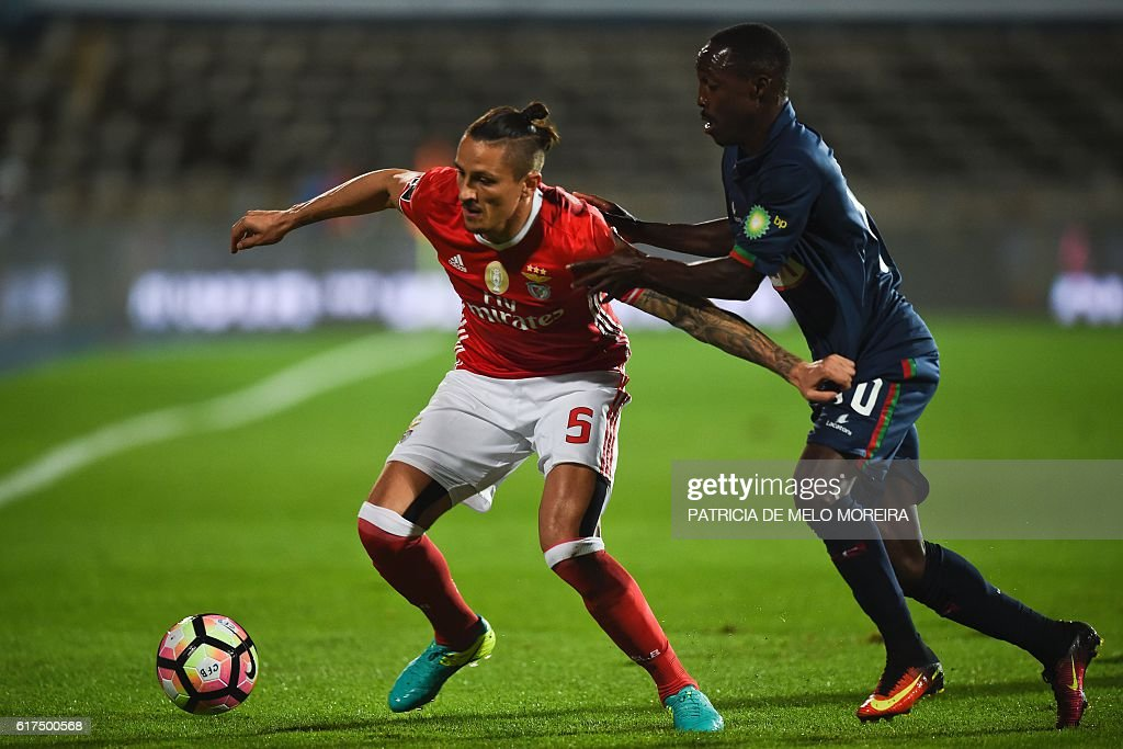 Benfica's Serbian midfielder Ljubomir Fejsa (L) vies with Belenenses' Bissau Guinean forward Gerso Fernandes during the Portuguese league football match between OS Belenenses and SL Benfica at the Restelo stadium in Lisbon on October 23, 2016. / AFP / PATRICIA