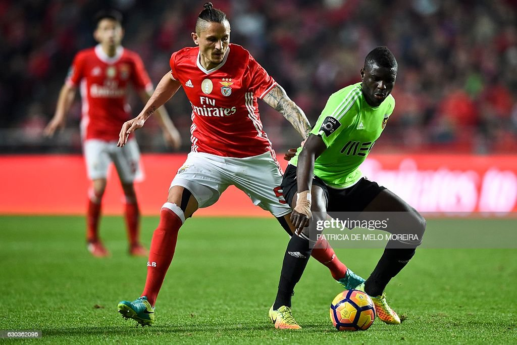 Benfica's Serbian midfielder Ljubomir Fejsa (L) vies with Rio Ave's Ghanaian midfielder Alhassan Wakaso during the Portuguese league football match SL Benfica vs Rio Ave FC at the Luz stadium in Lisbon on December 21, 2016. / AFP / PATRICIA