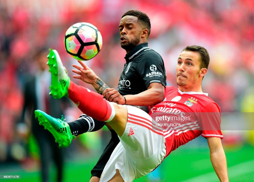 Benfica's Spanish defender Alex Grimaldo (L) vies with Vitoria Guimaraes' forward Hernani Fortes during the Portuguese league football match SL Benfica vs Vitoria Guimaraes SC at the Luz stadium in Lisbon on May 13, 2017. /
