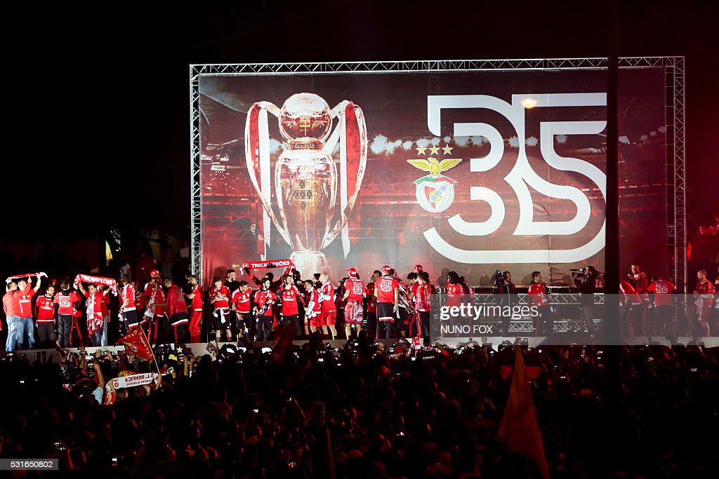 Benfica's supporters gather at Marques de Pombal square in downtown Lisbon on May 15, 2016 to celebrate their victory in the 2016 Portuguese League football championship. / AFP / NUNO FOX
