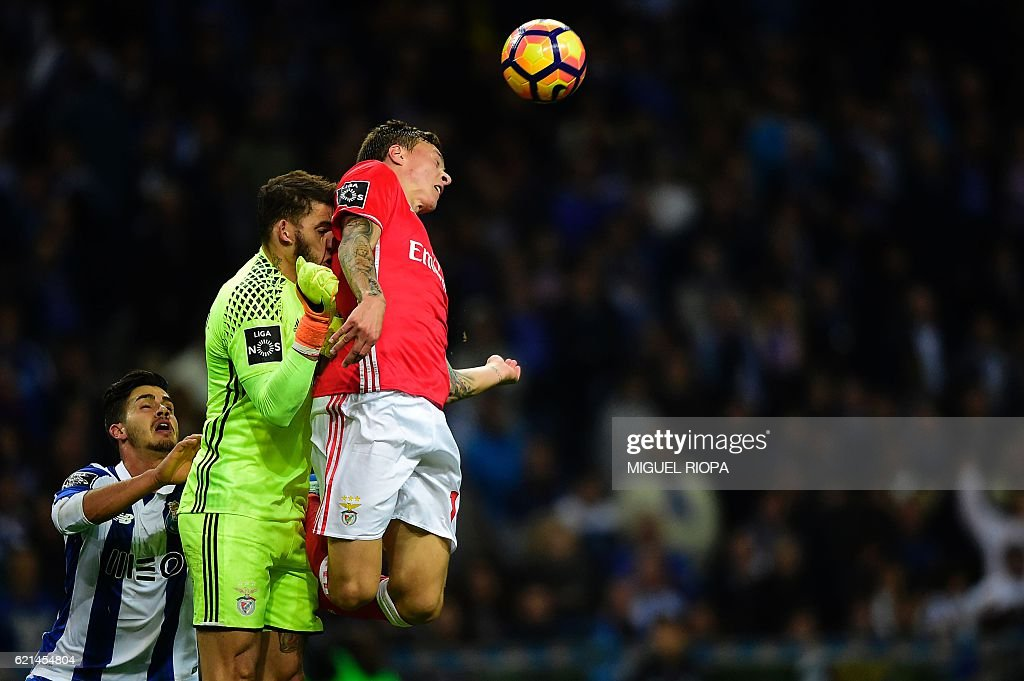 Benfica's Swedish defender Victor Nilsson-Lindelof, teammate Brazilian goalkeeper Ederson Santana and Porto's midfielder Andre Silva jump for a ball during the Portuguese league football match FC Porto vs SL Benfica at the Dragao stadium in Porto on November 6, 2016. / AFP / MIGUEL