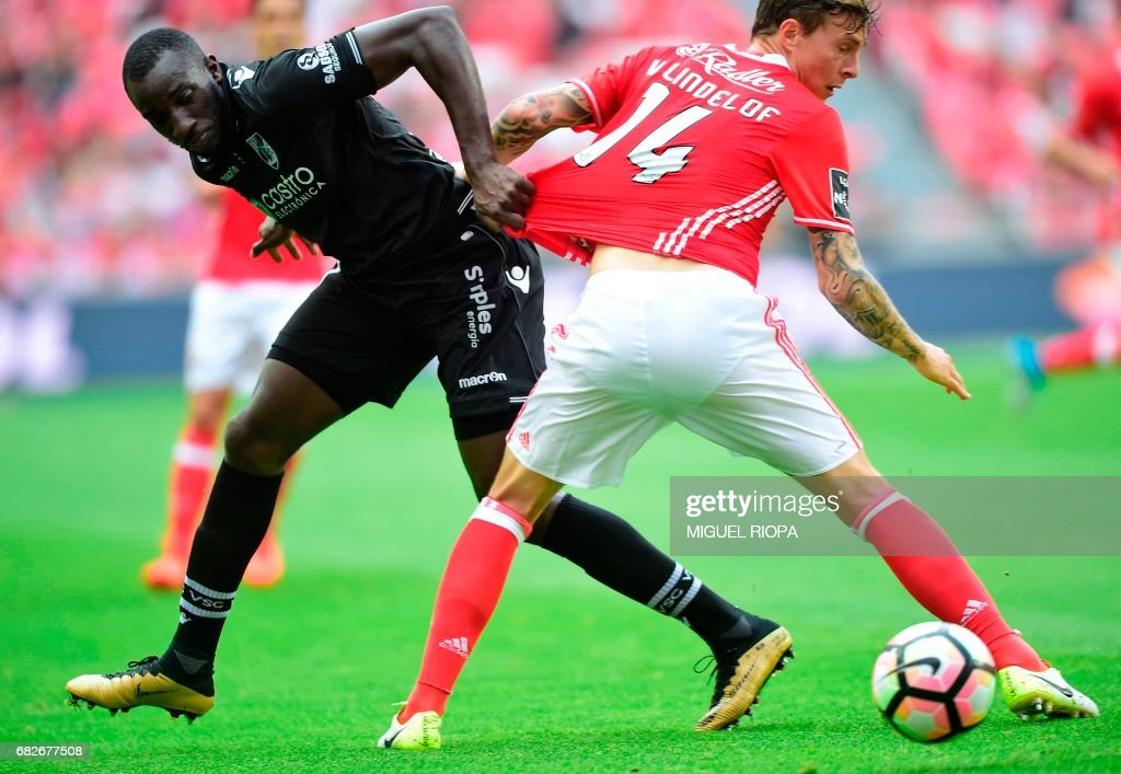Benfica's Swedish defender Victor Nilsson-Lindelof (R) vies with Vitoria Guimaraes' French forward Moussa Marega during the Portuguese league football match SL Benfica vs Vitoria Guimaraes SC at the Luz stadium in Lisbon on May 13, 2017. /