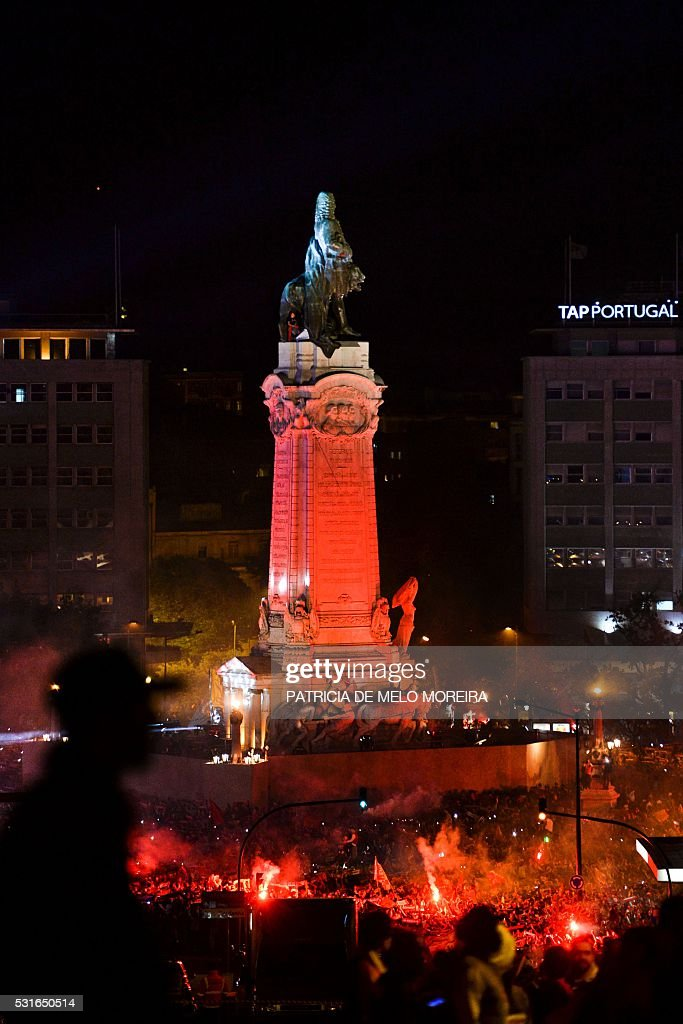 Benfica's team and supporters gather at Marques de Pombal square in downtown Lisbon on May 15, 2016 to celebrate their victory in the 2016 Portuguese League football championship. / AFP / PATRICIA