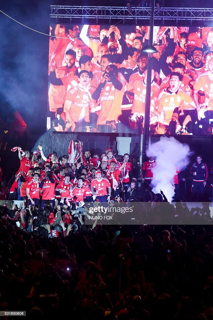 Benfica's team and supporters gather at Marques de Pombal square in downtown Lisbon on May 15, 2016 to celebrate their victory in the 2016 Portuguese League football championship. / AFP / NUNO FOX