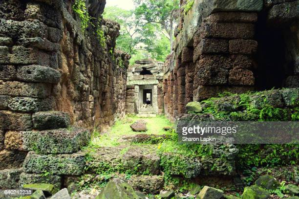 beng mealea temple or the 'jungle temple' - ruina antigua fotografías e imágenes de stock