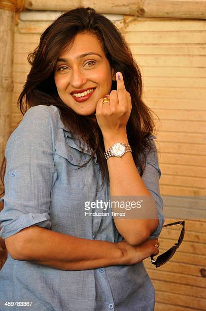 Bengali actress Rituparna Sengupta shows ink stained finger after casting her vote on last phase of Parliament Election 2014 at Parivarikee Sishu...