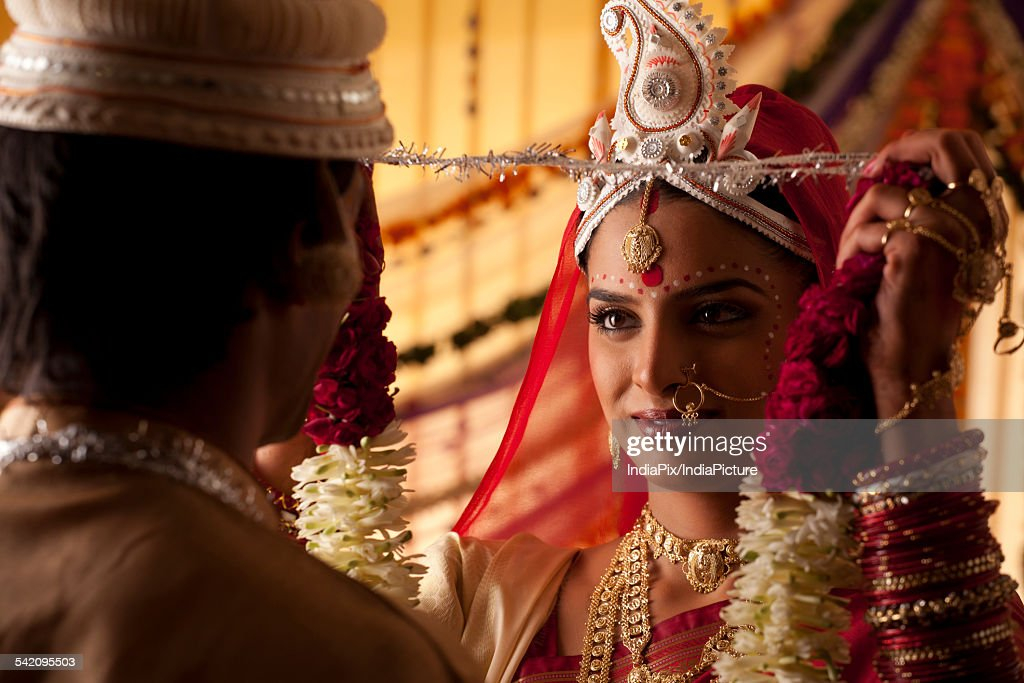 Bengali Bride Putting A Garland On Groom Stock Photo Getty Images