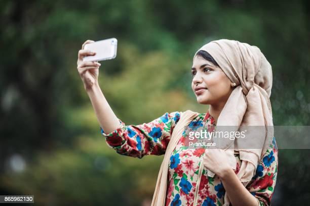 giovane donna musulmana bengalese che si fa selfie - bangladesh foto e immagini stock