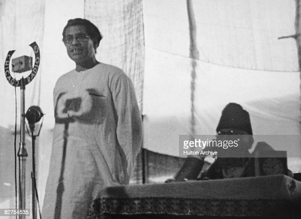 Bengali political theorist Manabendra Nath Roy addresses the Indian National Congress circa 1940 On the right is Muslim statesman Abul Kalam Azad the...