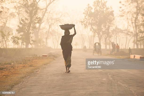 bengalês mulher em material na village - bangladesh - fotografias e filmes do acervo