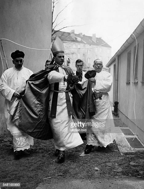 Bengsch Alfred * Theologe katholischer Geistlicher DDR Erzbischof von Berlin Weihe der St Albertus Magnus Kirche in BerlinHalensee 1962 veröff