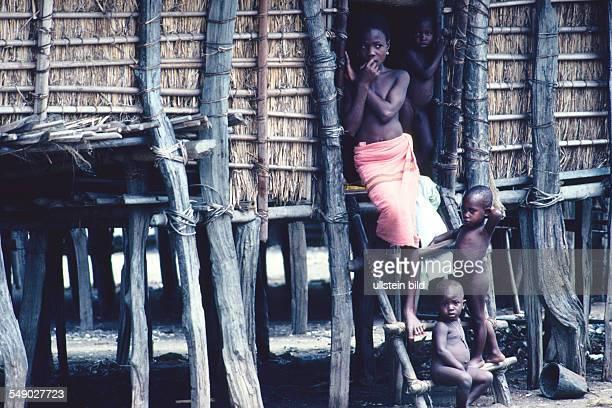 Children in front of their hut in So Tchanhoue