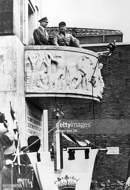 Benito Mussolini *29071883Politiker Italien19251943/45 Diktator Italiens auf dem Balkon des Rathauses vonAprilia während der Einweihung der...