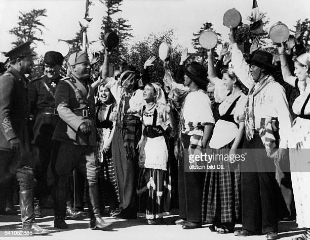 Benito Mussolini *29071883Politiker Italien19251943/45 Diktator Italiens vor grüssender Landbevölkerung ganzlinks Italo Balbo