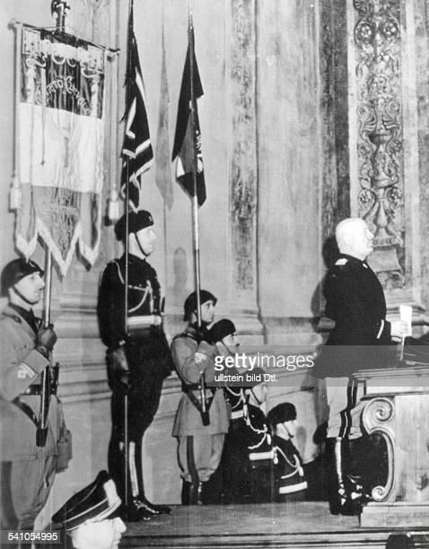 Benito Mussolini *29071883Politiker Italien19251943/45 Diktator Italiens spricht im Palazzo Venezia in Romanlässlich des 5 Jahrestages derVerhängung...