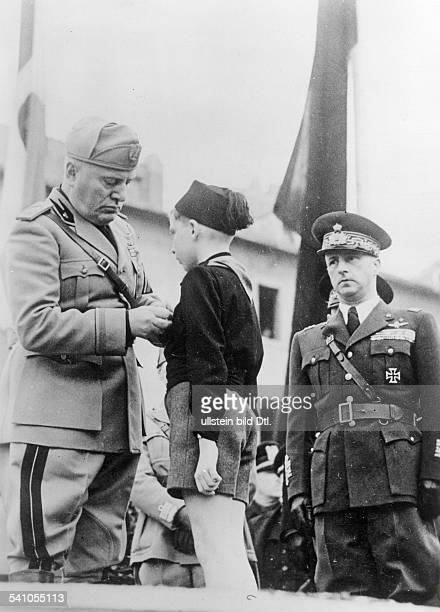 Benito Mussolini *29071883Politiker Italien19251943/45 Diktator Italiens überreicht während der Feierlichkeitenzum 19 Jahrestag der Gründung...