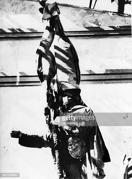 Benito Mussolini *29071883Politiker Italien19251943/45 Diktator ItaliensDie an einer Tankstelle auf dem PiazzaleLoreto in Mailand aufgehängte...