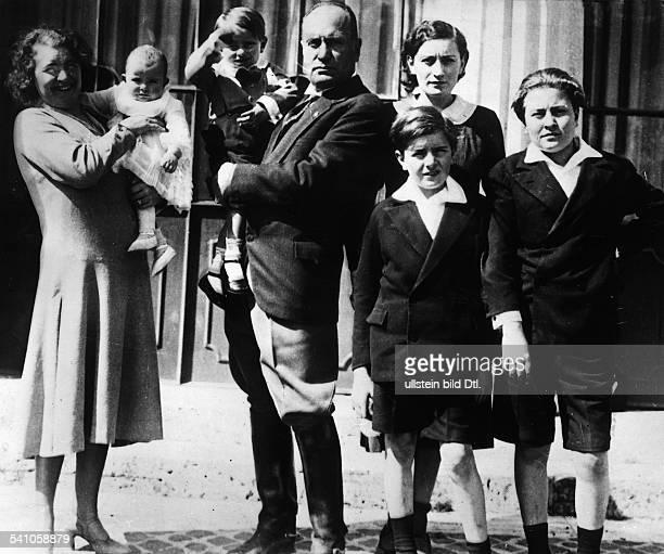 Benito Mussolini *29071883Politiker Italien19251943/45 Diktator Italiens mit seiner Ehefrau Rachele und denKindern Anna Maria Romano Edda Brunound...
