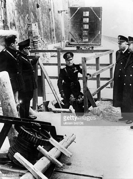 Benito Mussolini *29071883Politiker Italien19251943/45 Diktator Italiens bei einer Besichtigung der im Baubefindlichen ersten Untergrundbahn Romsvon...