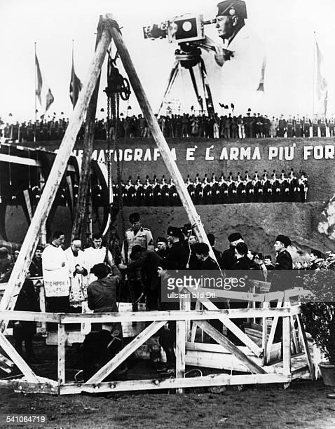 Benito Mussolini *29071883Politiker Italien19251943/45 Diktator Italiens in der Filmstadt Cinecitta südlich vonRom bei der Grundsteinlegung für das...