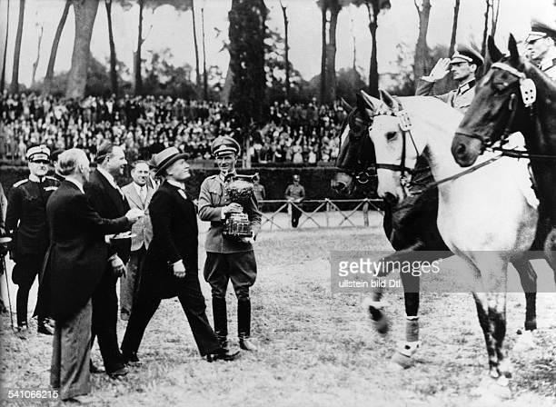 Benito Mussolini *29071883Politiker Italien19251943/45 Diktator Italiens gratuliert der deutschen Equipe von derReichswehr Kavallerieschule Hannover...