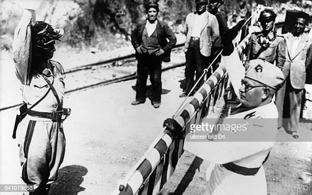 Benito Mussolini *29071883Politiker Italien19251943/45 Diktator Italiens nimmt während eines Manövers in denAbruzzen die Meldung eines...