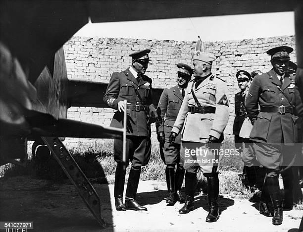 Benito Mussolini *29071883Politiker Italien19251943/45 Diktator Italiens mit General Rino Corso Fougier bei der Besichtigung eines Flugplatzesauf...