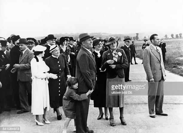 Benito Mussolini *29.07.1883-+Politiker, Italien1925-1943/45 Diktator Italiens- in Erwartung der Rückkehr seiner SöhneVittorio und Bruno sowie...