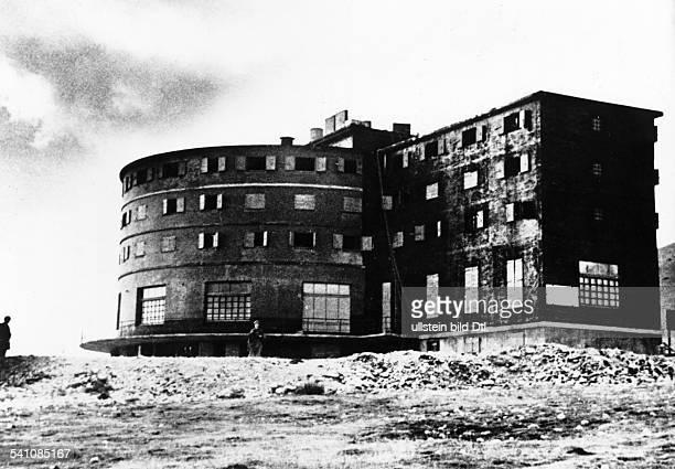 Benito Mussolini *29.07.1883-+Politiker, Italien1925-1943/45 Diktator ItaliensDas Sporthotel 'Campo Imperatore' auf demGran Sasso , in dem...