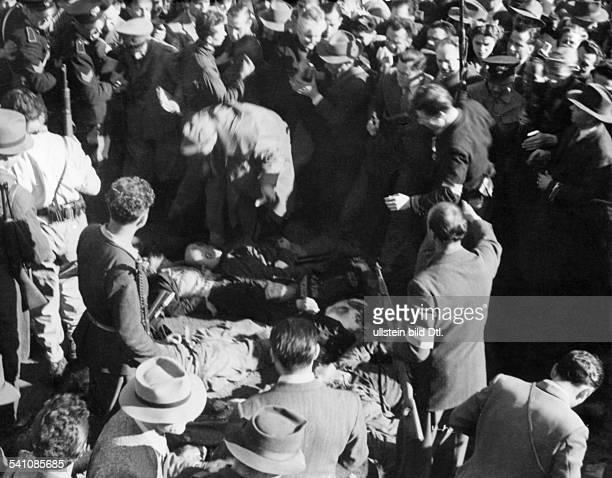 Benito Mussolini *29.07.1883-+Politiker, Italien1925-1943/45 Diktator ItaliensMenschenmenge auf dem Piazzale Loreto inMailand vor den Leichen...