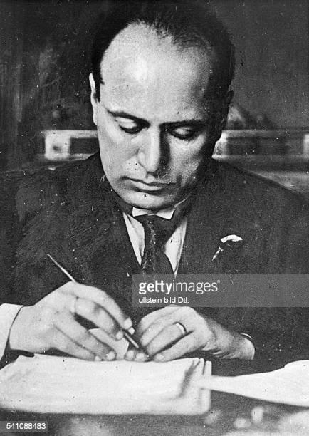 Benito Mussolini *29071883Politiker Italien19251943/45 Diktator Italiens am Schreibtisch Anfang / Mitte der zwanziger Jahre