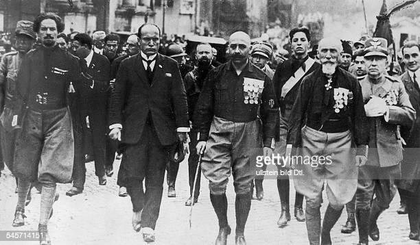 Benito Mussolini als neuernannter Ministerpräsident in Rom am Tag des Einzugs der Kampfgruppen derFaschistischen Partei in der Gruppe die Mitglieder...
