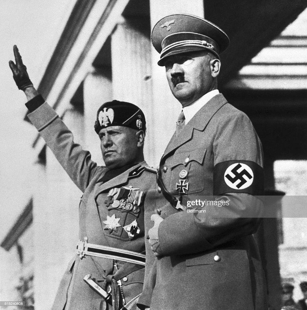 Benito Mussolini and Adolf Hitler on Review Stand : Fotografía de noticias