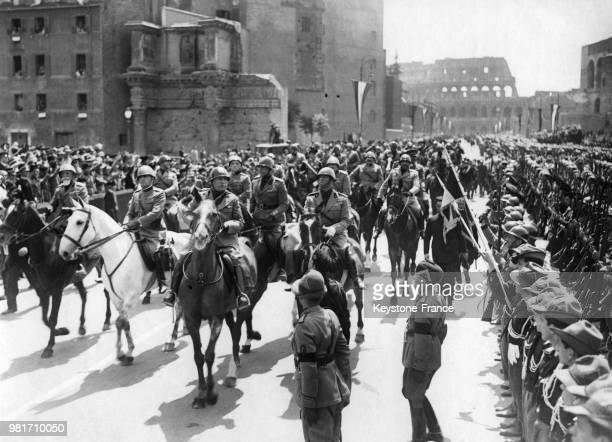 Benito Mussolini passant en revue les troupes fascistes sur la Via dell'Impero à Rome en Italie lors du 18ème anniversaire de l'entrée en guerre de...