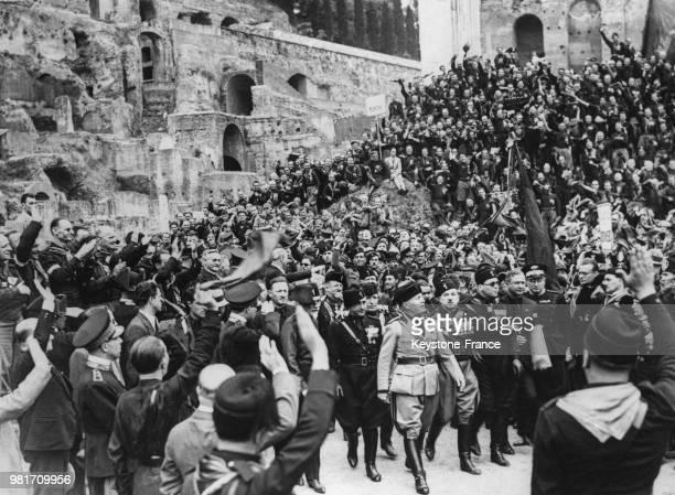 Benito Mussolini passe en revue les ex soldats belges polonais et italiens lors du 52ème anniversaire de la mort de Garibaldi dans les ruines du...