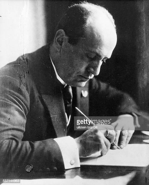 Benito Mussolini Politiker Italien 19251943/45 Diktator Italiens am Schreibtisch Anfang / Mitte der zwanziger Jahre