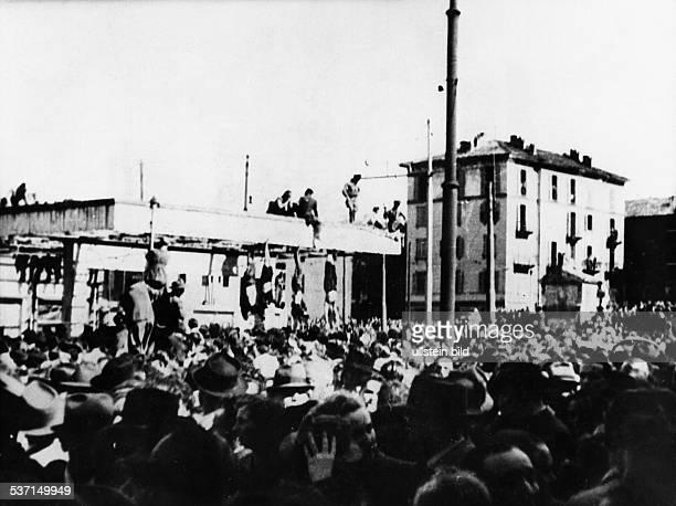 Benito Mussolini Politiker Italien 19251943/45 Diktator Italiens Menschenmenge auf dem Piazzale Loreto in Mailand vor den an einer Tankstelle...