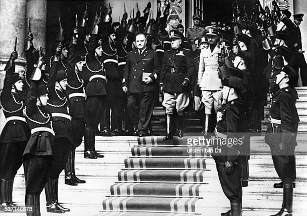 Benito Mussolini Politiker Italien 19251943/45 Diktator Italiens verlässt eine Ausstellung der Akademien und Kunstschulen in Rom durch ein Spalier...