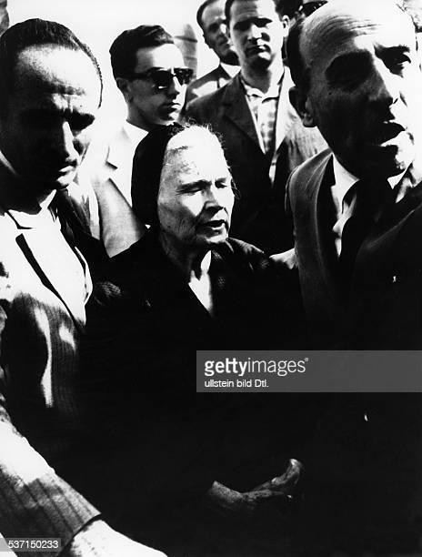 Benito Mussolini Politiker Italien 19251943/45 Diktator Italiens Mussolinis Witwe Rachele in Begleitung von Anhängern des neofaschistischen...
