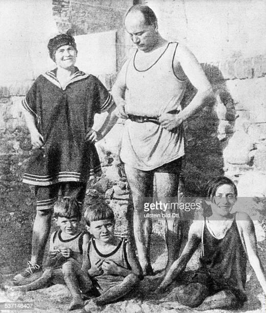 Benito Mussolini Politiker Italien 19251943/45 Diktator Italiens mit seiner Ehefrau Rachele und den Kindern Bruno Vittorio und Edda während eines...