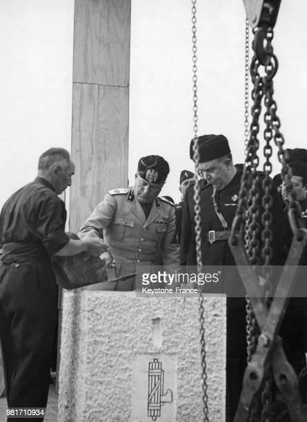 Benito Mussolini pose la première pierre pour l'exposition universelle prévue en 1942 à Rome en Italie le 20 octobre 1937