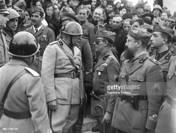 Benito Mussolini récompense les chemises noires mutilées de la guerre d'Espagne à Rome en Italie le 29 octobre 1937