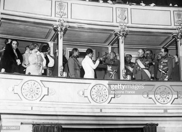 Benito Mussolini remet au capitaine Di Giorgio une épée d'honneur lors du 10ème anniversaire de la fondation de la milice fasciste à Rome en Italie