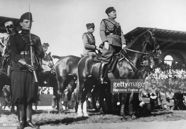 Benito Mussolini salue ses partisans lors du 5ème anniversaire de la marche sur Rome à Rome en Italie le 15 novembre 1927