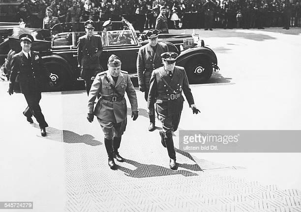 Benito Mussolini und Reichsaussenminister Joachim v Ribbentrop bei der Ankunft vor dem 'Führerbau' am Königlichen Platz im Gefolge links der...